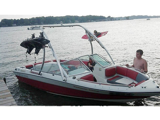 1989 Four Winns Freedom boat wakeboard towers