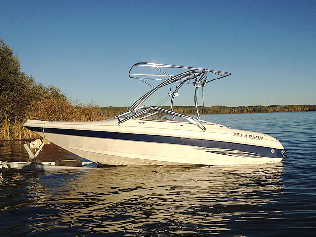 2000 Larson SEI boat wakeboard towers