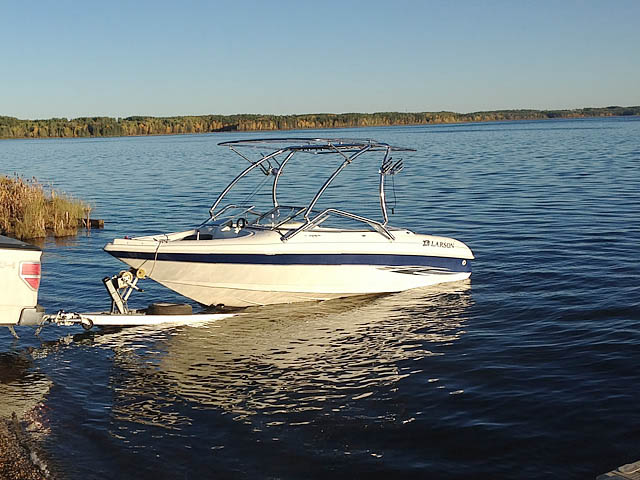 2000 Larson SEI boat wakeboard tower