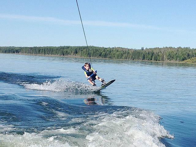2000 Larson SEI boat wakeboard tower