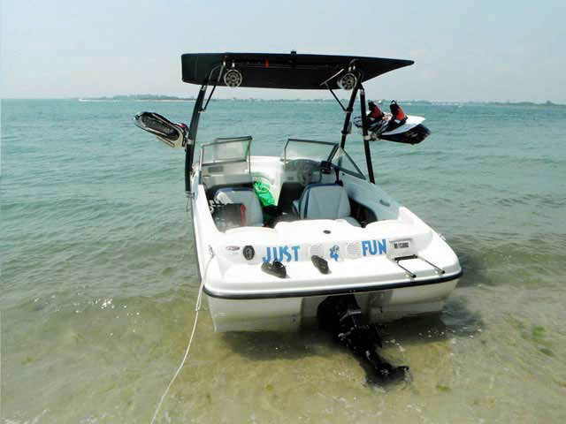 2005 Bayliner 175BR boat wakeboard tower
