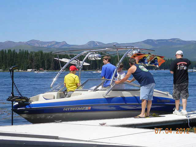 2005 Glastron boat wakeboard towers