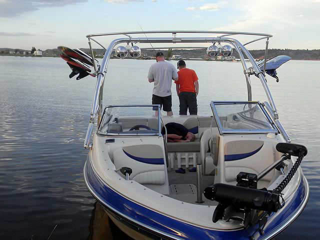 2005 Glastron boat wakeboard tower