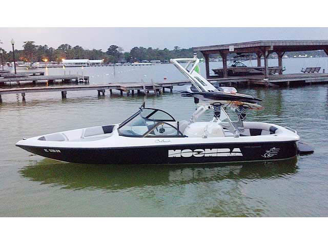 2000 Moomba Outback boat wakeboard towers