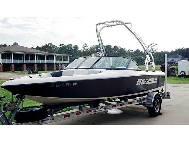 2000 Moomba Outback boat wakeboard tower